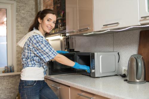 Cómo limpiar un microondas