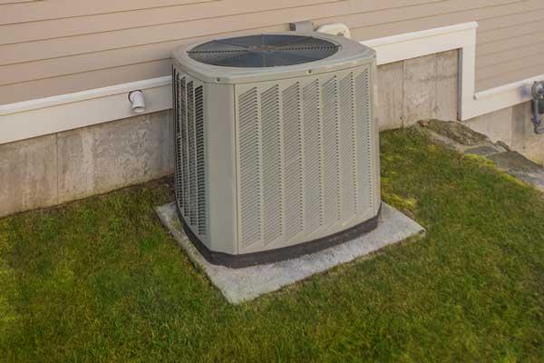 Unidad central de aire acondicionado en el césped