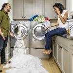 ¿Estoy usando demasiado detergente o limpiador para ropa?