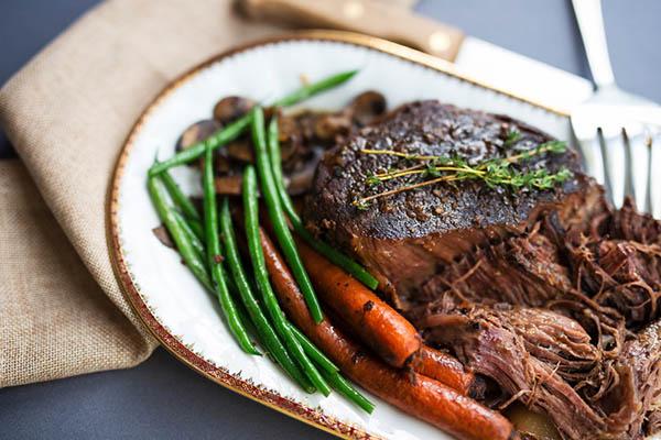 Plato llano - Carne de res estofada en olla de cocción lenta, judías verdes y zanahorias