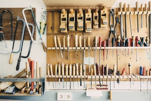 Herramientas colgadas en garaje
