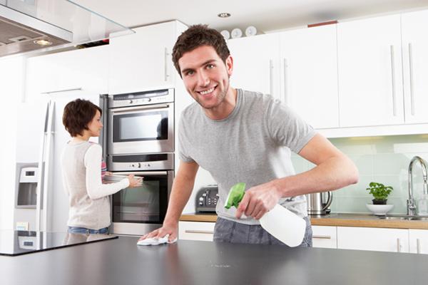 Limpieza de mostradores de cocina para Acción de Gracias