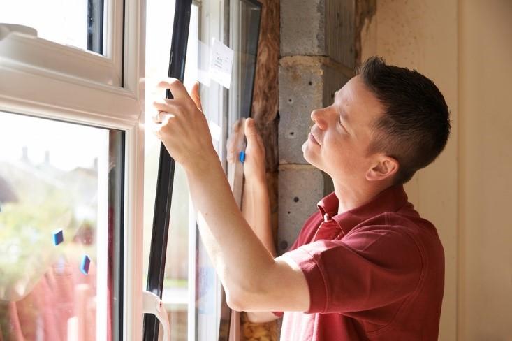 Propietario mirando ventana de casa