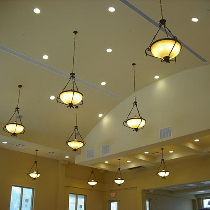 Bombillas CFL en lámparas de techo para ayudar a mantener frescas las habitaciones