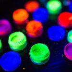 ¿Cuáles son las diferencias entre pinturas fluorescentes y fosforescentes?
