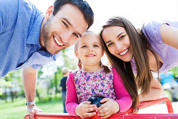 Marido y mujer con hija joven en el día del padre