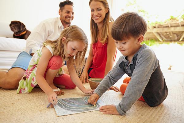 Los padres juegan con los niños en una sala organizada