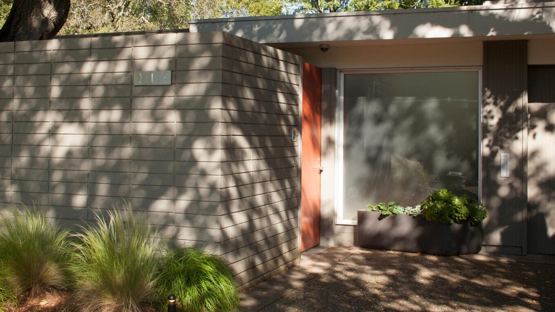 Frente de las cortinas de la casa por los árboles