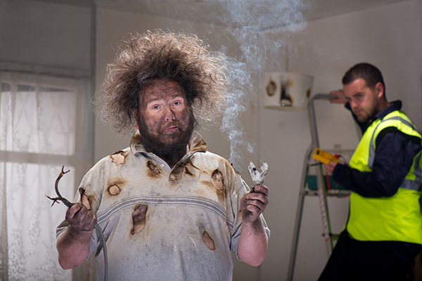 Hombre con cabello y ropa quemados después de que un fusible se incendiara