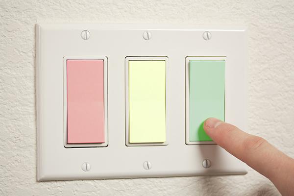 Interruptor de tres vías en tres colores: rojo, amarillo, verde