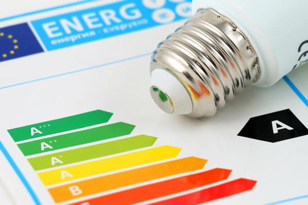 Concepto de eficiencia energética con gráfico de clasificación energética
