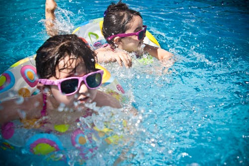 Niños nadando con flotadores