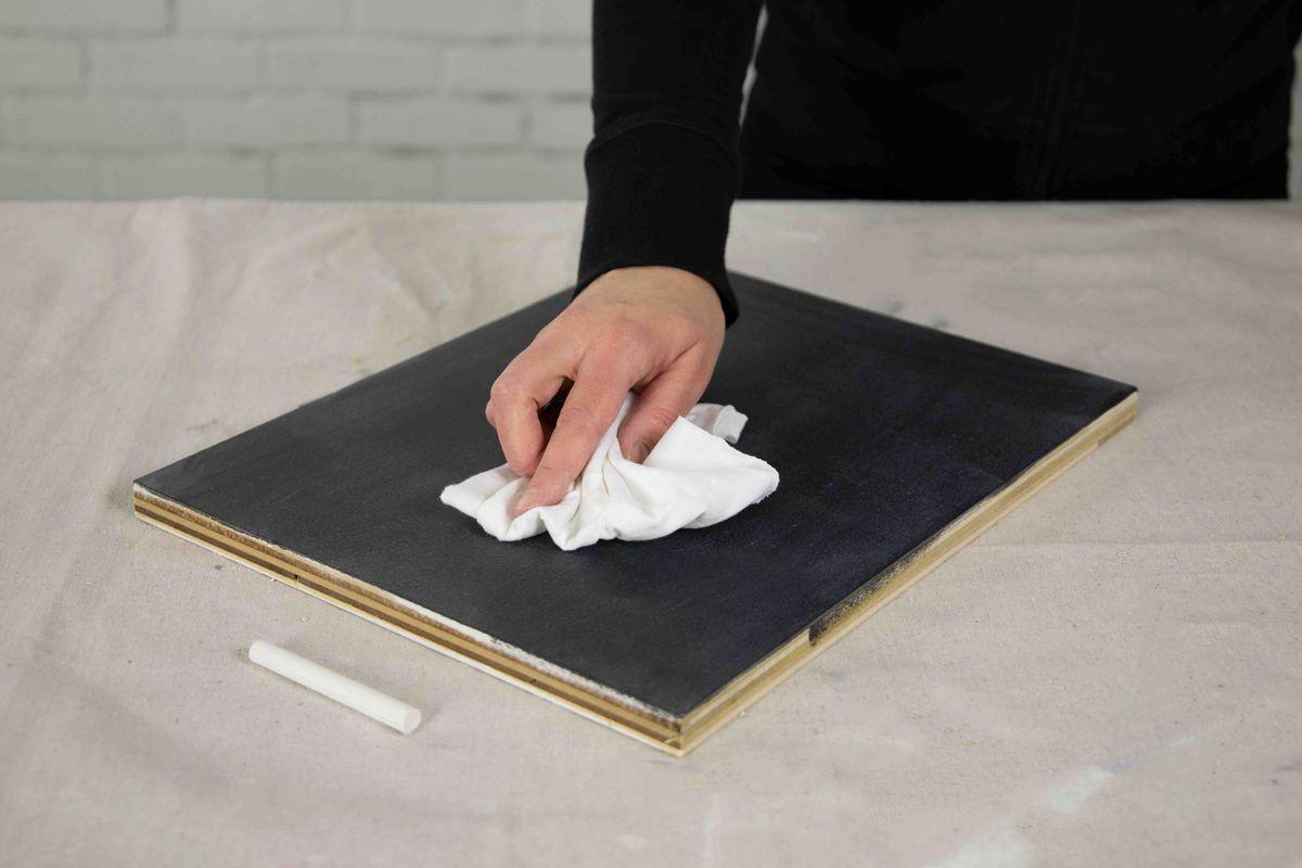 Limpiar la pintura de pizarra después de aplicarla a la madera desnuda