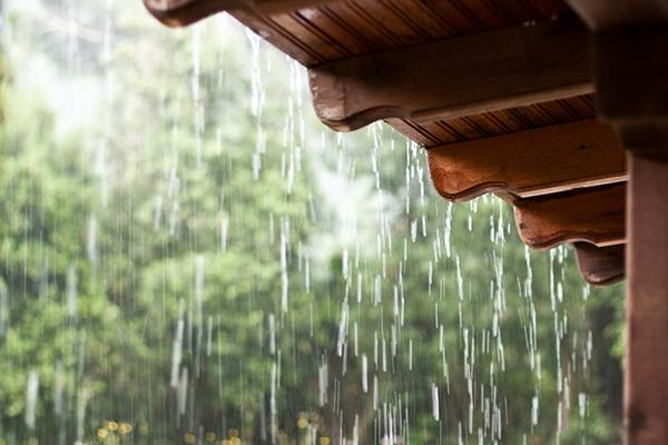 Cómo poner a prueba de tormentas su techo para controlar los daños en el hogar