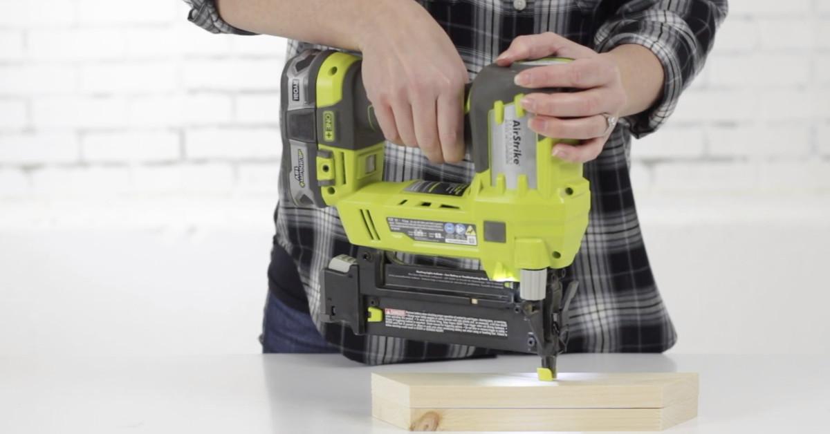 Cómo utilizar una clavadora neumática a batería