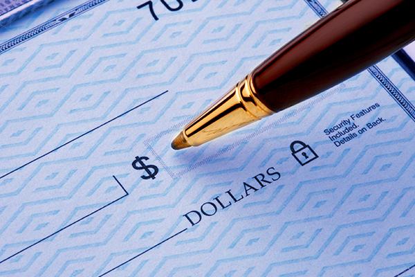 Bolígrafo Escribir monto en dólares en el cheque