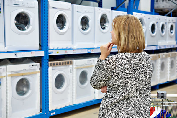 Mujer tomando una decisión sobre una lavadora
