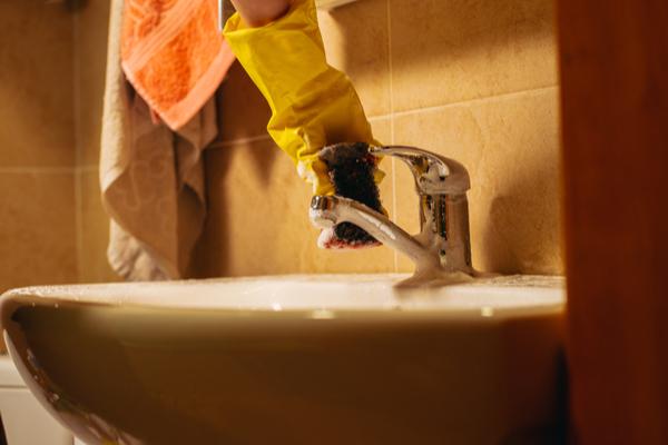 Limpieza del grifo del fregadero para evitar resfriados